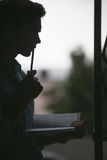 Junger durchdachter Leser Nachdenklicher Dichter lizenzfreie stockfotografie
