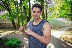 Junger Eignungsmann bereitet sich für boxendes Trainingstraining vor Lizenzfreie Stockfotografie