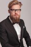 Junger eleganter Geschäftsmann, der ein Smoking trägt Stockbilder