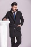 Junger eleganter Geschäftsmann, der eine Hand in seiner Tasche hält Lizenzfreies Stockfoto