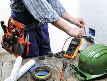 Junger Elektriker, der in einem elektrischen Wohninstallati arbeitet lizenzfreie stockfotos