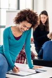 Junger engagierter Student, der einen Versuch während des Bruches wiederholt Stockbilder