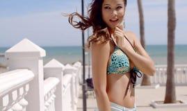 Junger entzückender Brunette bei der Bikini-Aufstellung Lizenzfreie Stockfotografie