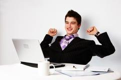 Junger erfolgreicher überzeugter Mann lizenzfreies stockbild