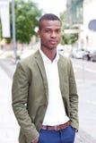 Junger erfolgreicher afrikanischer Geschäftsmann im Freien im Sommer Lizenzfreies Stockfoto
