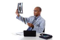 Junger erfolgreicher Afroamerikanermanndoktor, Röntgenstrahl Stockbild