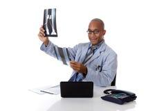 Junger erfolgreicher Afroamerikanermanndoktor, Röntgenstrahl Lizenzfreie Stockfotos