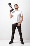 Junger erfolgreicher Berufsfotograf in T-Shirt Gebrauch digita Lizenzfreie Stockfotografie