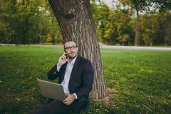 Junger erfolgreicher Geschäftsmann lizenzfreie stockbilder