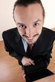 Junger erfolgreicher Geschäftsmann, der im Büro arbeitet Stockfoto