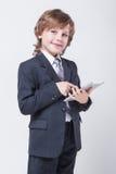 Junger erfolgreicher Geschäftsmann mit einer Tablette in den Händen Lizenzfreies Stockbild