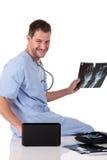 Junger erfolgreicher kaukasischer Manndoktor, Röntgenstrahl Lizenzfreies Stockfoto