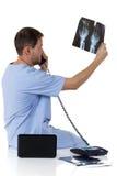 Junger erfolgreicher kaukasischer Manndoktor, Röntgenstrahl Lizenzfreies Stockbild