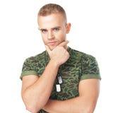 Junger ernster Armeesoldat mit Militär-Identifikation etikettiert Stockfoto