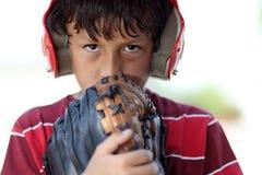 Junger ernster Baseballjunge Stockfoto
