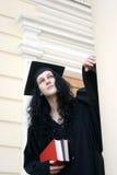 Junger ernster Kursteilnehmer im Kleid nahe der Universität Stockfotos