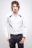 Junger ernster Mann im weißen Hemd Stockbilder