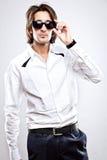 Junger ernster Mann im weißen Hemd Stockfoto