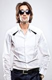 Junger ernster Mann im weißen Hemd Lizenzfreie Stockfotos