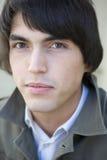Junger ernster stattlicher Mann Lizenzfreie Stockfotografie