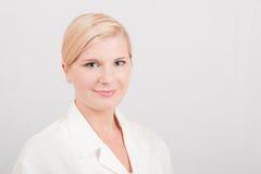 Junger ernster weiblicher Wissenschaftler Lizenzfreie Stockfotos