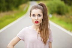 Junger erwachsener attraktiver sexy und Sinnlichkeit schöner Brunette wo Stockfotos