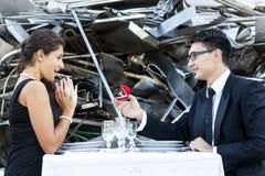 Junger Erwachsener gibt einen Verlobungsring Stockbilder