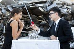 Junger Erwachsener gibt einen Verlobungsring Lizenzfreie Stockfotos