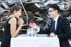 Junger Erwachsener gibt einen Verlobungsring Lizenzfreies Stockbild