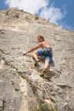Junger erwachsener Mann auf der Spur zu klettern Lizenzfreie Stockbilder