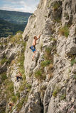 Junger erwachsener Mann auf der Spur, zum mit Freunden zu klettern Stockbild