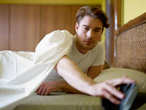 Junger erwachsener Mann, der morgens aufwacht stockfotos