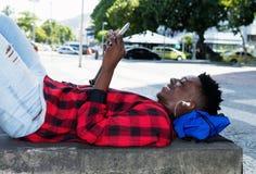 Junger erwachsener Mann des Afroamerikaners genießt Musik stockfotos