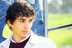 Junger erwachsener Mann im Weiß, auf einem Spielplatz lizenzfreie stockfotos