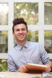Junger erwachsener Mann mit Anmerkungsbuch stockbilder