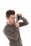 Junger erwachsener Mann mit olf Filmkamera lizenzfreie stockfotografie