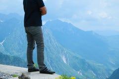 Junger erwachsener Mann passt die ehrfürchtige Gebirgsspitze auf stockfoto