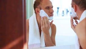 Junger erwachsener Mann schäumte Gesicht, bevor er rasierte stock video