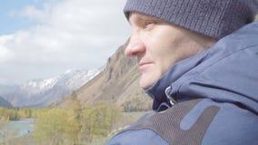 Junger erwachsener Mannwandererreisender, der die Berglandschaftsansicht sich entspannt 4k erwägt stock video