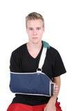 Junger Erwachsener mit einem Handbruch stockfoto