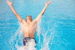 Junger erwachsener Schwimmer stockbild