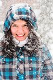 Junger Erwachsener am Winter stockfotografie