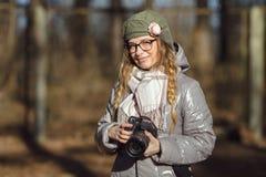 Junger europäischer Frauenphotograph, der die erste Frühlingssonne erforscht Vorstadtstandorte genießt Lizenzfreie Stockfotografie