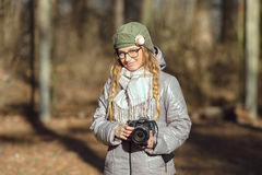 Junger europäischer Frauenphotograph, der die erste Frühlingssonne erforscht Vorstadtstandorte genießt Lizenzfreies Stockbild