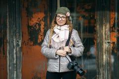 Junger europäischer Frauenphotograph, der die erste Frühlingssonne erforscht Vorstadtstandorte genießt Stockbilder