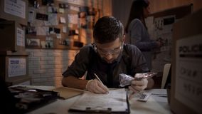 Junger Experte beschreibt Messerbeweis von der Zertrümmern- und Zupackenverbrecherszene stockfoto