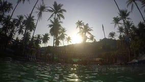 Junger extremer Mann springen in das Pool in der Anziehungskraft gleiten n-Fliege auf Insel Koh Phangan am sonnigen Tag Langsame  stock footage