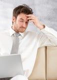 Junger Fachmann, der Laptop verwendet Lizenzfreie Stockbilder