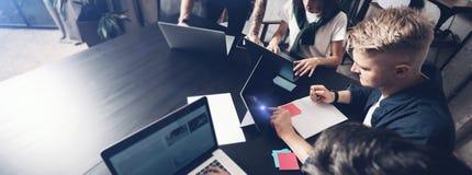 Junger Fachmann geben seinen Partnern in Konferenzzimmer einige neue Ideen über Projekt Geschäftsleute, die sich vorbei bespreche lizenzfreie stockfotografie