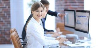 Junger Fachmann und Geschäft team, Finanzdaten besprechend stockbilder